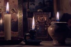 För bönnatt för stearinljus begrundande för fred för brinnande svart för bakgrund ensam ljus varm magisk Arkivfoton