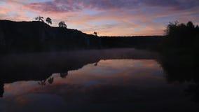 för bacrground för lätt sunbeams för sommar dimmamorgon tidigt synliga övergående Dimma över vattnet arkivfilmer