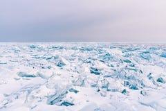 För Baikal Ryssland för säsong för vinter för frysning för sjö för sprickayttersidavatten säsong vinter royaltyfri foto
