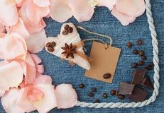 för bakgrundsdagguld röd s valentin för hjärtor Blå bakgrund för grov bomullstvill med det mjuka stiftet royaltyfri bild