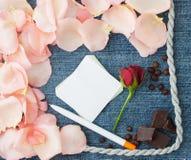 för bakgrundsdagguld röd s valentin för hjärtor Blå bakgrund för grov bomullstvill med det mjuka stiftet royaltyfria foton