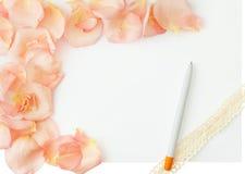 för bakgrundsdagguld röd s valentin för hjärtor Vit bakgrund med den mjuka rosa färgrosen royaltyfria bilder