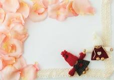 för bakgrundsdagguld röd s valentin för hjärtor Vit bakgrund med den mjuka rosa färgrosen arkivbilder