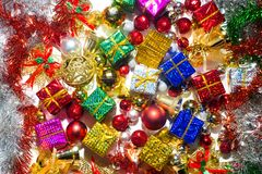 För bakgrundsgarnering för lyckligt nytt år säsongsbetonad färgrik personal Arkivfoto