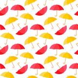 För bakgrundsmodell för färgrika paraplyer sömlös illustration för vektor Höstväderstil Röd gul färg för din rengöringsduk royaltyfri foto