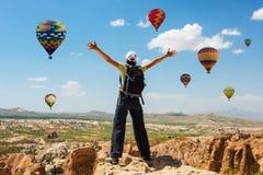 För ballongbegrepp för lyckad kvinna och för varm luft motivation, inspiration royaltyfri fotografi