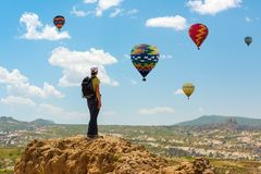 För ballongbegrepp för lyckad kvinna och för varm luft motivation, inspiration arkivbilder