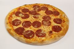 för banapeperoni för clipping bild isolerad pizza italiensk pizza för kökpeperoni för bakgrund italiensk white för pizza Läcker p Royaltyfri Fotografi