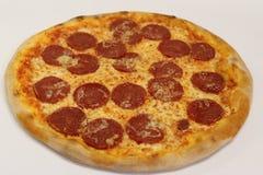 för banapeperoni för clipping bild isolerad pizza italiensk pizza för kökpeperoni för bakgrund italiensk white för pizza Läcker p Arkivbilder