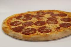 för banapeperoni för clipping bild isolerad pizza italiensk pizza för kökpeperoni för bakgrund italiensk white för pizza Läcker p Arkivfoto