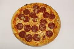 för banapeperoni för clipping bild isolerad pizza italiensk pizza för kökpeperoni för bakgrund italiensk white för pizza Läcker p Royaltyfri Bild