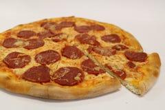 för banapeperoni för clipping bild isolerad pizza italiensk pizza för kökpeperoni för bakgrund italiensk white för pizza Läcker p Royaltyfria Foton