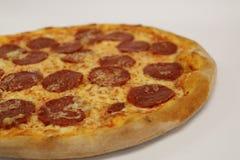för banapeperoni för clipping bild isolerad pizza italiensk pizza för kökpeperoni för bakgrund italiensk white för pizza Läcker p Royaltyfria Bilder
