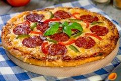 för banapeperoni för clipping bild isolerad pizza Ny hemlagad Pizza Royaltyfri Foto