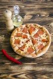 för banapeperoni för clipping bild isolerad pizza På en träbrun bakgrund Fotografering för Bildbyråer