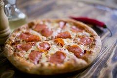 för banapeperoni för clipping bild isolerad pizza På en träbrun bakgrund Royaltyfria Foton