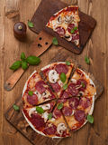 för banapeperoni för clipping bild isolerad pizza Arkivbild