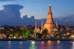 För Bangkok för skymningArun tempel framdel för flod stad Arkivbilder