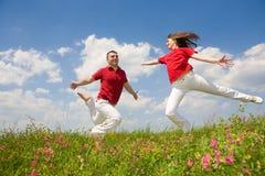 för banhoppningförälskelse för par lyckligt barn Arkivbild