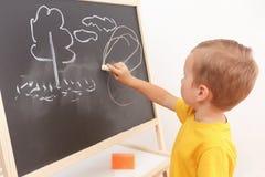 för barnbegrepp för blackboard gladlynt le för skola Arkivbild