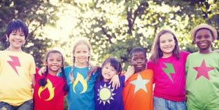För barnkamratskapbindning för lycka begrepp utomhus Arkivfoto