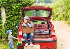 För barnlopp för flicka lyckligt landskap för sommar för bil för resväskor fotografering för bildbyråer