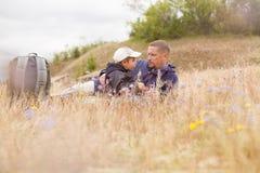 För barnnatur för förälder talande äng för gräs liggande Arkivfoto