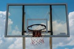 För basketdomstol för basket utomhus- utomhus- bräde för cirkel för beslag netto arkivfoton