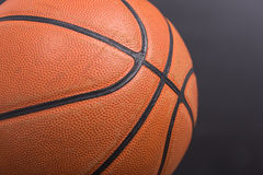För basketkorg för Closeup gammal boll Royaltyfri Bild