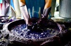 För Batikfärg för folk förbereder sig den funktionsdugliga för Mauhom processen färg och att färga Royaltyfri Foto