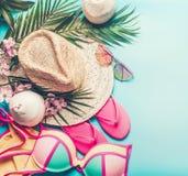 för begreppsferie för strand brittisk toy för sommar för pass Strandtillbehör: sugrörhatt, palmblad, solexponeringsglas, rosa fli royaltyfri foto