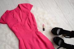 för begreppsframsida för skönhet blå ljus kvinna för makeup för mode Ljusa rosa färger klär, läppstift och svarta skor med vit pä Royaltyfria Foton