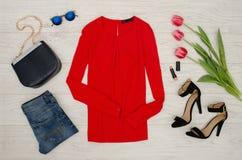 för begreppsframsida för skönhet blå ljus kvinna för makeup för mode Röd blus, jeans, handväska, solglasögon, svarta skor, läppst Royaltyfria Foton