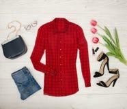 för begreppsframsida för skönhet blå ljus kvinna för makeup för mode Röd blus, jeans, handväska, solglasögon, svarta skor, läppst Royaltyfri Foto