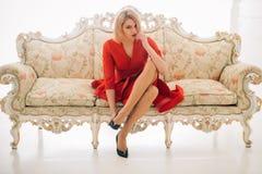 för begreppsframsida för skönhet blå ljus kvinna för makeup för mode skomode och stil av den sexiga kvinnan modemodell i röd klän Royaltyfria Bilder