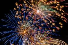 för begreppsskärm för beröm nytt år för färgrika fyrverkerier Arkivbild