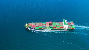 För behållareskepp för flyg- sikt bärande behållare för import och export, affär som är logistisk, och frakttrans. med skeppet i  fotografering för bildbyråer