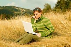 för berg kvinna utomhus arkivfoto