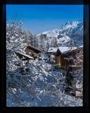 För bergby för nytt snöfall täckande kant och bergi t Royaltyfri Bild