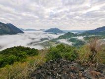 För bergkulle för skog tropiskt dimmigt landskap Royaltyfri Fotografi