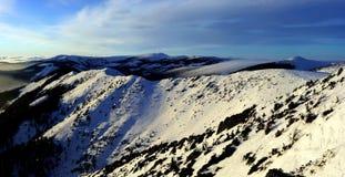 för bergpanoram för afton jätte- vinter Arkivfoto