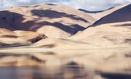För bergsjö för Tso Moriri panorama med berg och blå himmel Arkivfoto