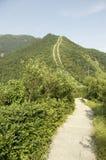 för bergsky för agaist blå trail Arkivbild