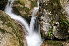för bergström för exponering lång vattenfall Arkivfoto