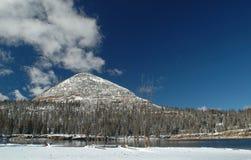 för berguinta för tidig lake lång vinter arkivbilder