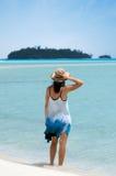 För besökAitutaki för ung kvinna kock Islands lagun Royaltyfri Foto