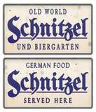 För Biergarten för metall för schnitzelteckentappning tenn- mat tysk royaltyfri bild