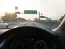För bil som chaufför ombord framåtriktat ser till gatan av den uttryckliga vägen Royaltyfri Bild