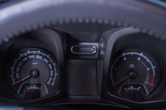 För bilhastighetsmätare för bil inre kontroll Arkivbild
