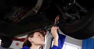 För bilhjul för kvinnlig mekaniker undersökande diskett för broms arkivfilmer